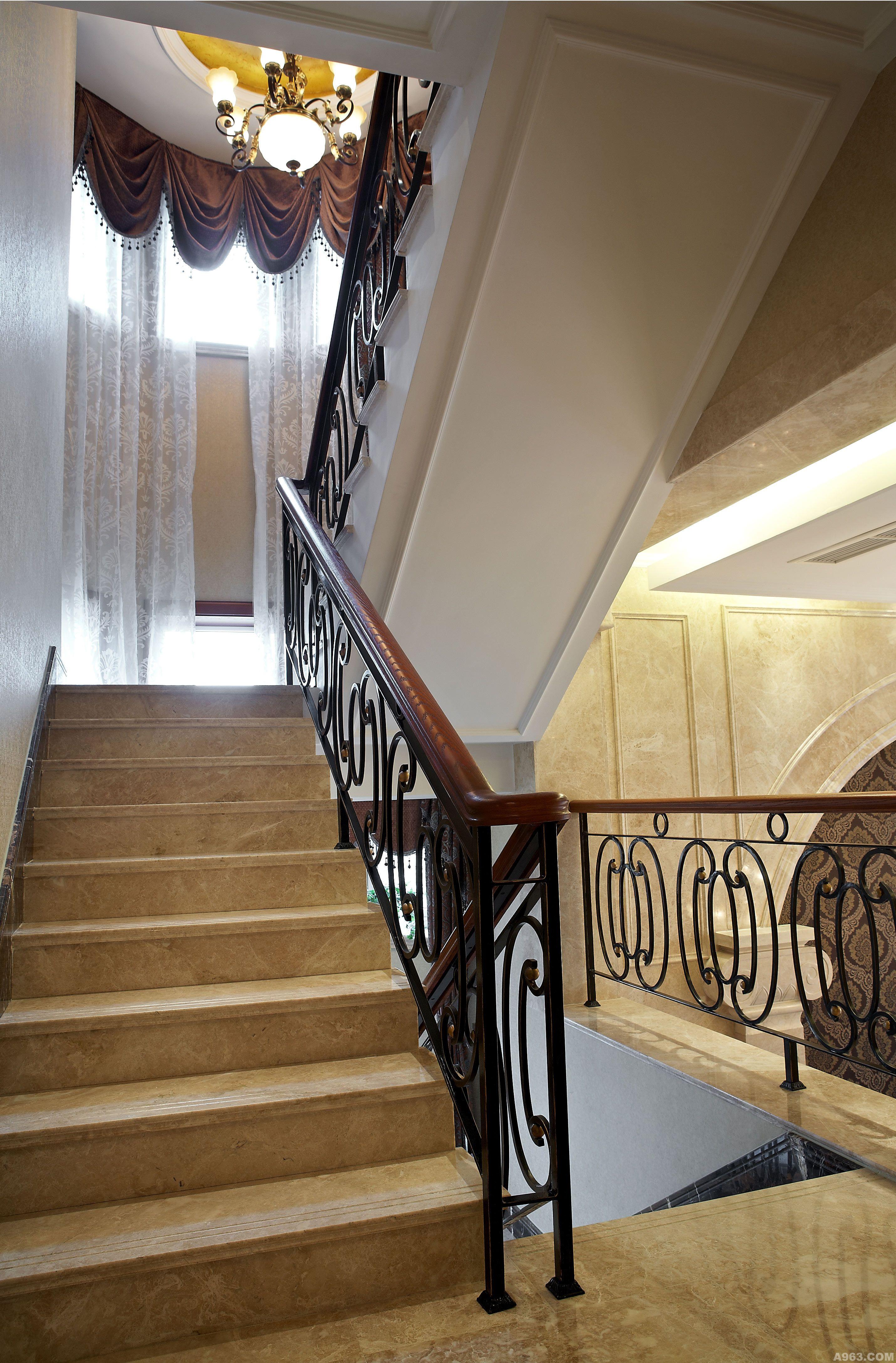 客厅采用排空形式,与二层互通,欧式风格的吊吊顶与正面墙的玻璃窗让空