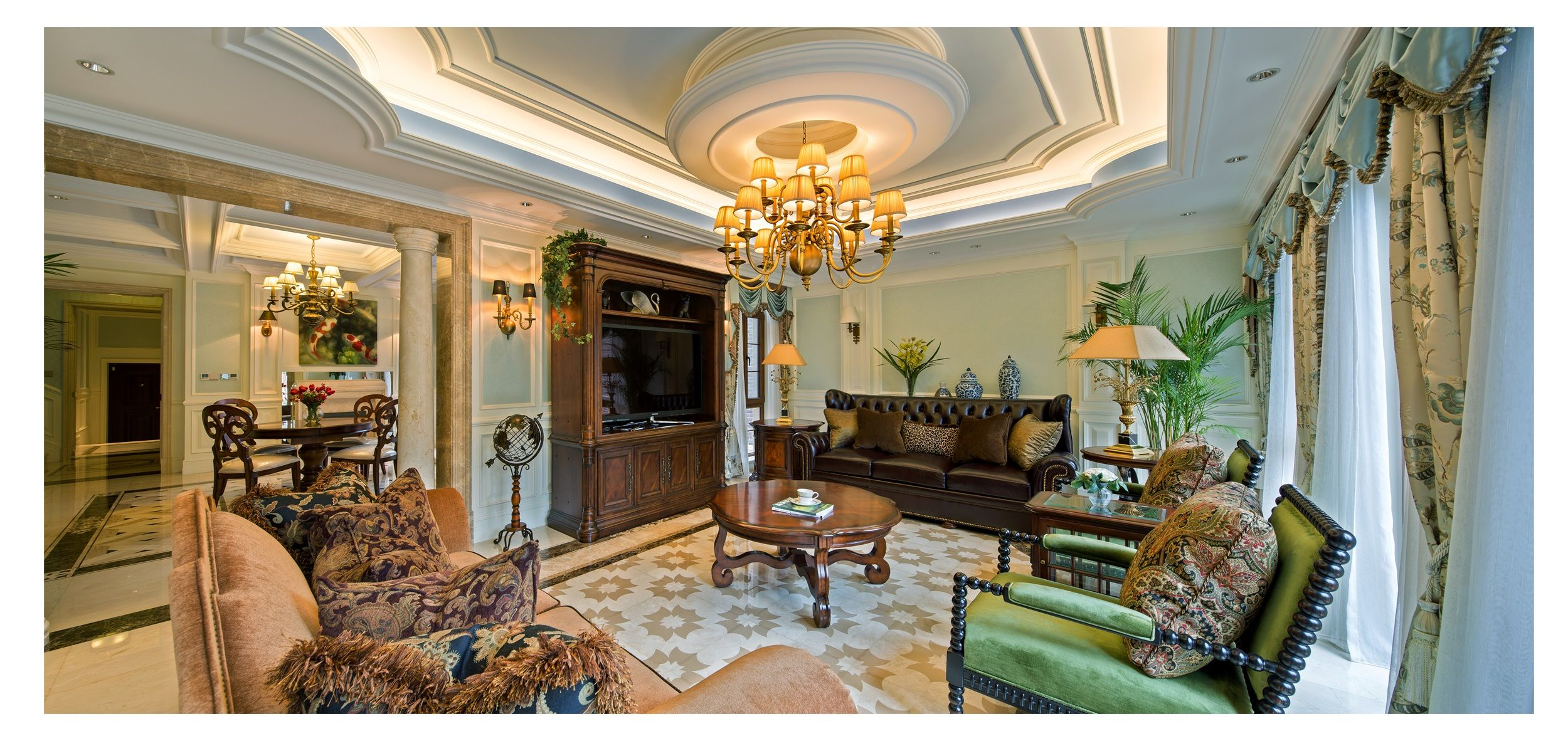 客厅的白色护墙板,蓝色乳胶漆,铜艺吊灯,美式家具,拼花地砖,这些看似图片