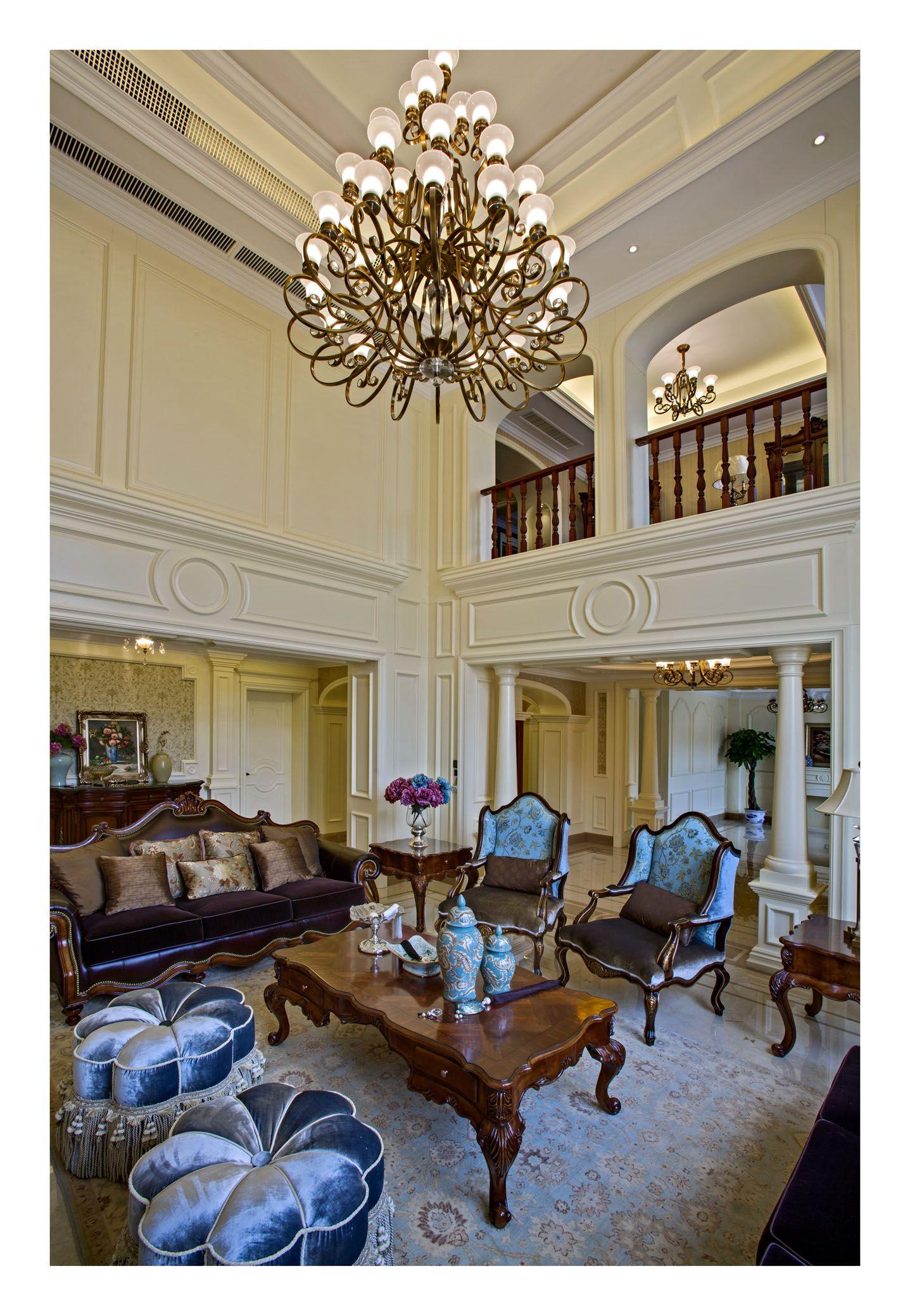 本案中设计师意在呈现一个精致、唯美、温馨的家居空间格局。整体设计风格为美式,以大面积的米色,咖啡色作为基调。让带有肌理感的墙面搭配精致的雕花、经典的美式风格家具、大气的窗帘布艺、复古水晶吊灯、精致优雅的瓷器营造出华丽高贵的氛围,尽显业主的优雅、精致的生活品们和不凡的生活格调。一层为整体会客区,会客厅的大挑空配上多层的仿古水晶灯,把整个氛围提升到另一个高度。客厅和起居室的相互呼应让整个会客空间更加灵动,在后期的软饰搭配中更好的运用了强列对比的手法使之更为出彩。独立的餐厅更好的解决了一些生活上的不便。二楼整个
